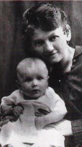 Giovanni Paolo IIin braccio alla mamma