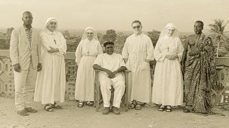 Fra Onorio Tosini o.h. (con gli occhiali) ad Afagnan nel 1960.