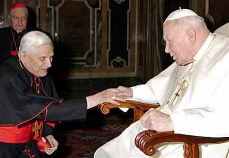 Ratzinger inginocchiato di fronte a Wojtyla